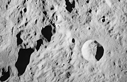 Mons Bradley er det aflange bjerg til venstre i billede, ved siden af det fremtrædende krater Conon