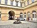 Cour intérieure et fontaine de l'hôtel de ville.jpg