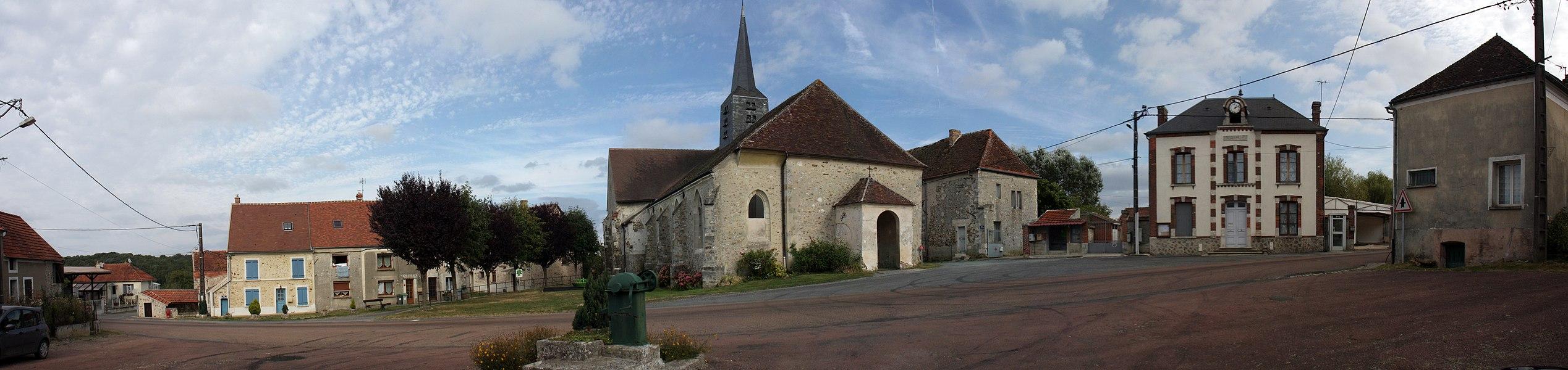 La place centrale de Courboin, avec la Mairie sur la droite, et l'église Saint-Jean-Baptiste.