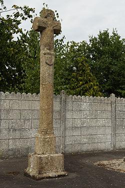 Croix de cimetière du XVe siècle (Bourgbarré, Ille-et-Vilaine, France).jpg