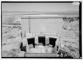 DETAIL OF IRON MOUNTAIN HEADGATE HOUSE, LOOKING EAST. - Iron Mountain Pump Plant, South of Danby Lake, north of Routes 62 and 177 junction, Rice, San Bernardino County, CA HAER CAL,36-RICE.V,1-5.tif