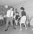 Dansende gasten tijdens een feestje in huiselijke kring, Bestanddeelnr 255-4326.jpg