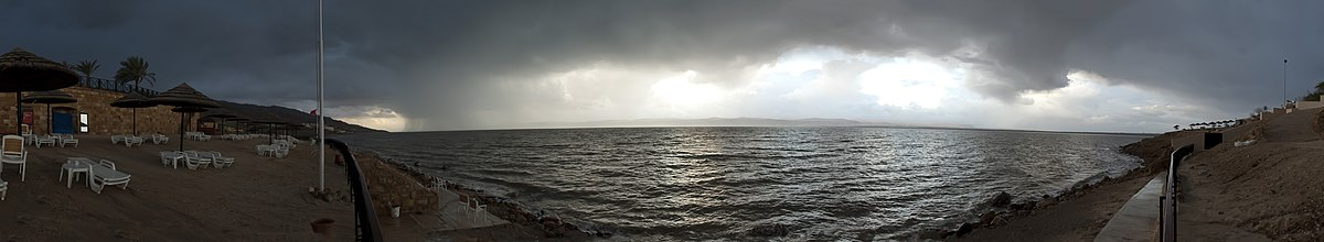 ים המלח בסערה וגשם. מראה פנורמי ממלון מוונפיק בסווימה בירדן