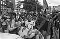 Demonstratie tegen oorlog in Libanon, Amsterdam demonstranten met bebloede po, Bestanddeelnr 932-2086.jpg