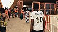 Des commerçants qui doivent passer les contrôles sous les regards des volontaires, des hommes en gilets orange, à Ouagadougou, le 24 avril 2020.jpg