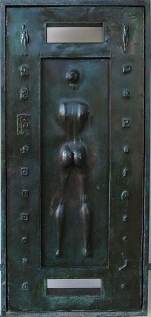 Detalo de frontpordoj de Spalding House de Robert Graham, gisis bronzon, 1988.jpg