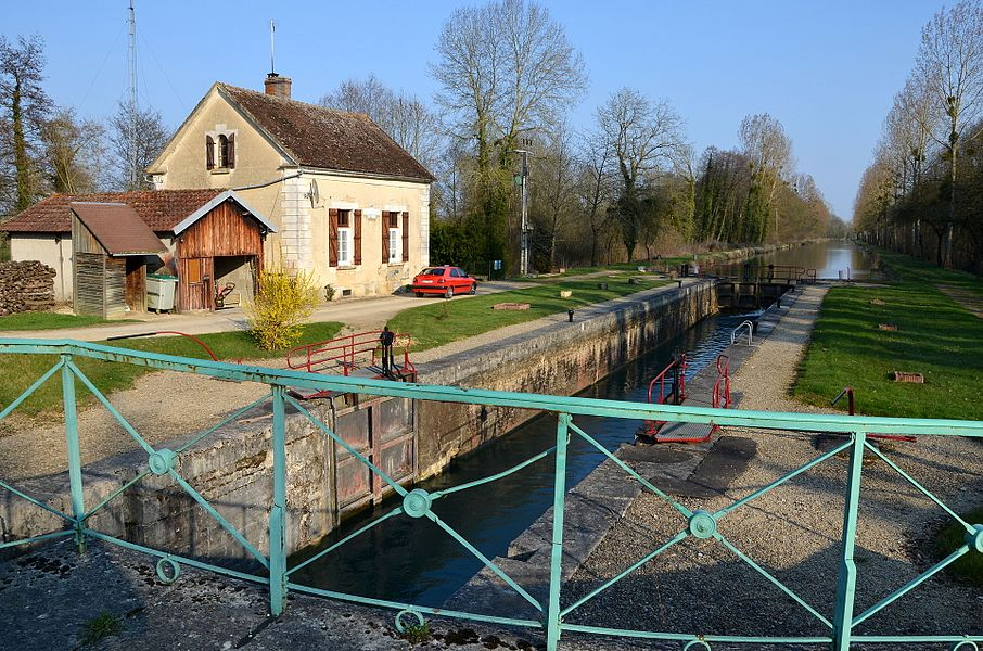 Lock of Egrevin, Germigny, canal of Burgundy, France