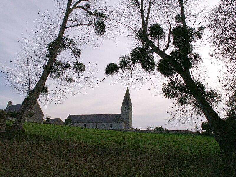 Eglise d'Urville, Commune de Regnéville-sur-Mer, Manche, France. Vue depuis les prés salés.