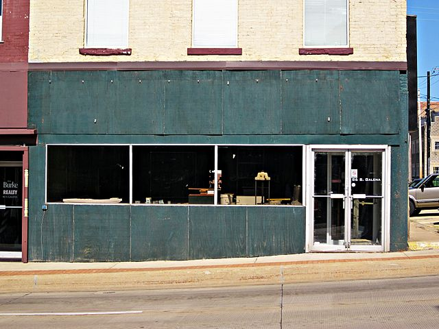 Empty Store Front By Wayne Wilkinson (Empty Store Front  Uploaded by AlbertHerring) [CC-BY-2.0 (https://creativecommons.org/licenses/by/2.0)], via Wikimedia Commons