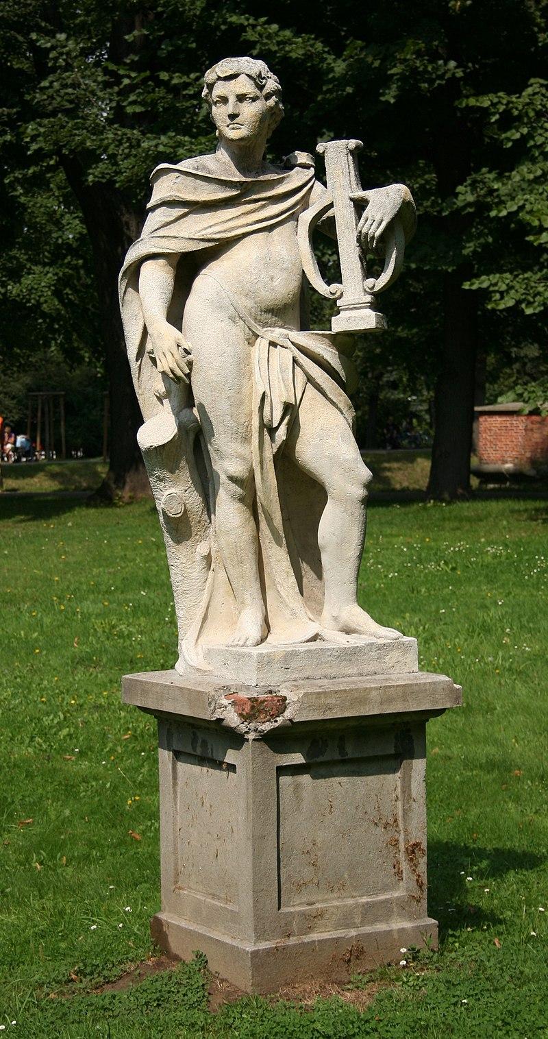 Figura kamienna w parku w Lańcucie p.jpg