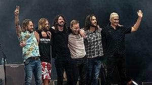 Foo Fighters na een optreden in juni 2018. Van links naar rechts: Chris Shiflett, Taylor Hawkins, Dave Grohl, Nate Mendel, Rami Jaffee en Pat Smear