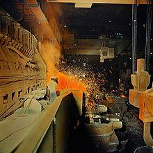 La priorité est accordée aux industries lourdes, comme ici dans l'aciérie «VEB Rohrkombinat Stahl- und Walzwerk Karl Marx Riesa» en 1982.