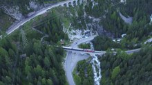 Datei:From Preda to Bergün with Rhaetian Railway, aerial video.webm