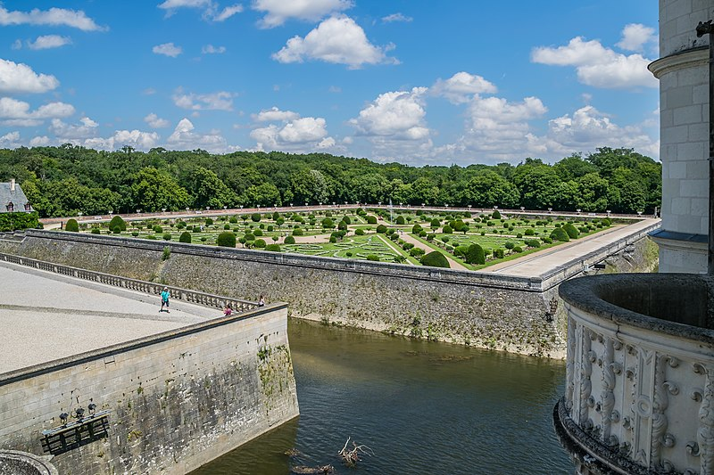 File:Garden of Diane de Poitiers in the Castle of Chenonceau 20.jpg