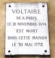 Gedenktafel an Voltaires Sterbehaus, Quai Voltaire 27, Paris (Quelle: Wikimedia)