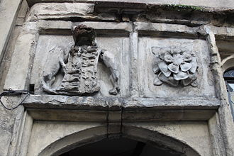 The Tribunal, Glastonbury - The Tudor rose and the arms of Richard Beere above the entrance