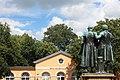 Goethe- und Schiller-Denkmal mit Bauhaus-Museum.jpg