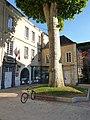 Hôtel de ville de Cusset avec son platane et pince-roues vélo.jpg