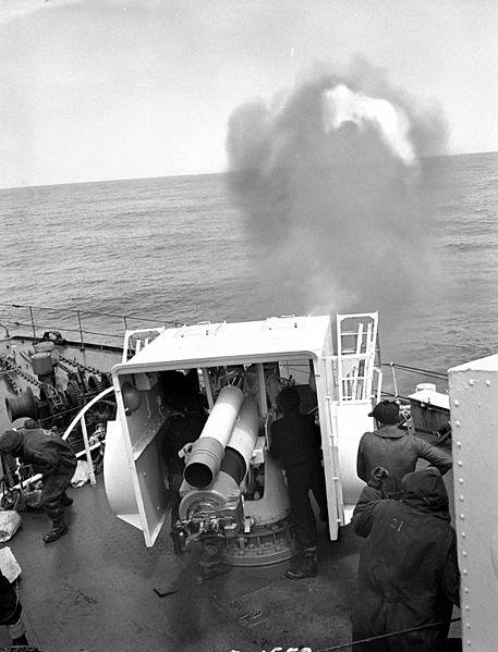 Royal Navy Corvette Classe Flower - Page 10 457px-HMCS_Sherbrooke_4_inch_gun_a184185-v6