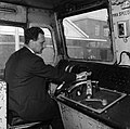 HUA-151615-Afbeelding van de cabine van de Engelse locomotief nr. E27002 (serie 1500) te Tilburg, met een machinist..jpg