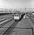 HUA-167020-Afbeelding van de electrische locomotief nr. 1113 (serie 1100) van de N.S. met een bietentrein op het emplacement te Roosendaal.jpg