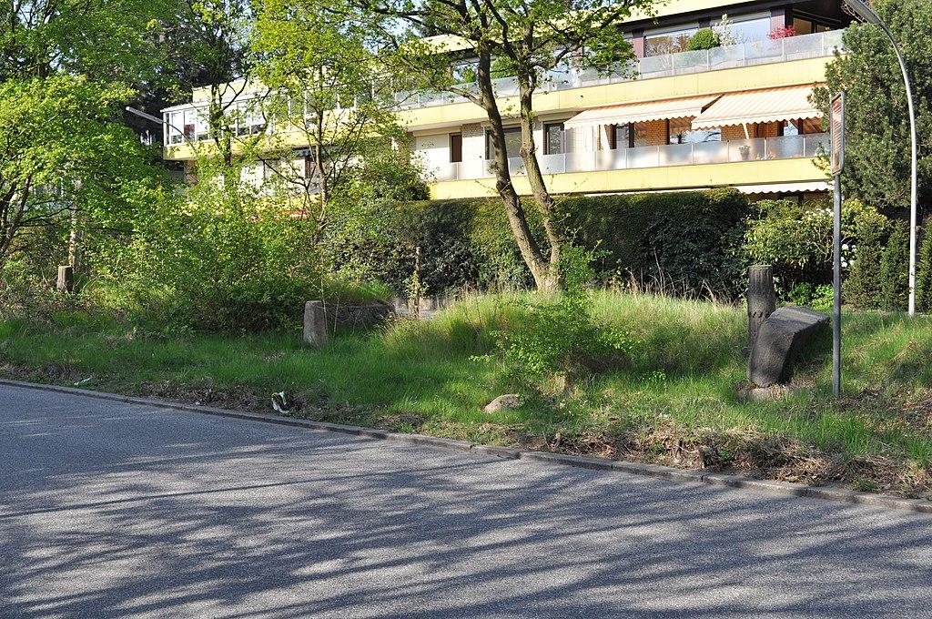 Datei:Hammer Straße (Hamburg-Marienthal).Grenzstein und Steinbänke ...
