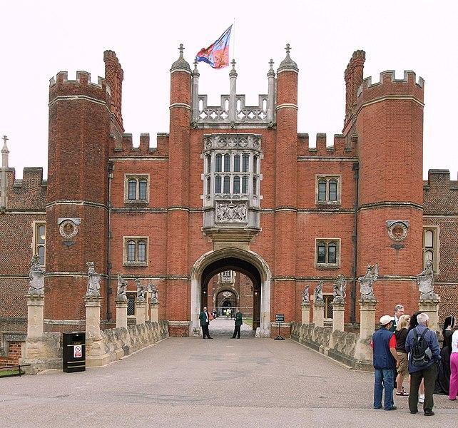 http://upload.wikimedia.org/wikipedia/commons/thumb/4/4b/Hampton_Court_Great_Gatehouse.jpg/642px-Hampton_Court_Great_Gatehouse.jpg