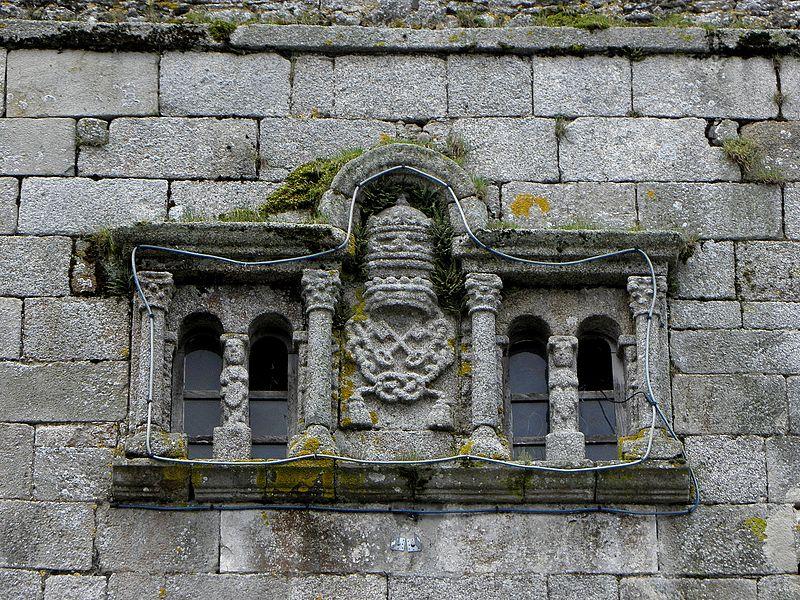 Église Saint-Pierre d'Hardanges (53). Détail sculpté de la tour. Façade occidentale.