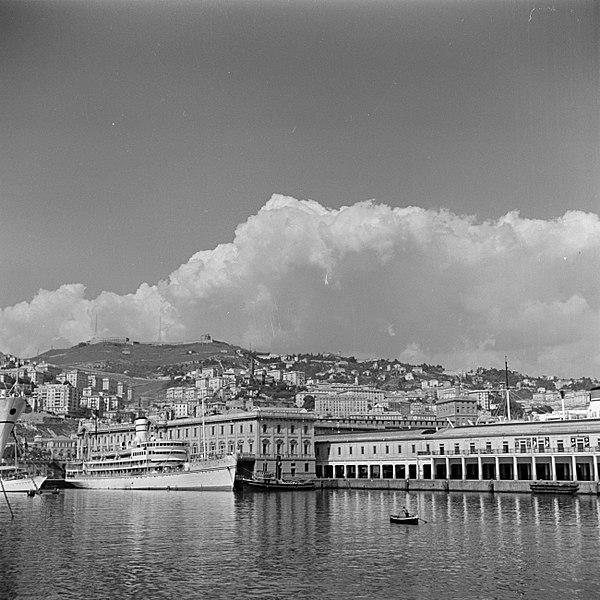 File:Haven van Genua en de omliggende bebouwing vooraan links het schip de Kedmah, Bestanddeelnr 255-0217.jpg