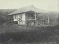 Het huis van Dr. Nicolaas Adriani in Tentena op Midden-Celebes in 1909.png