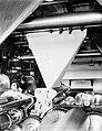 Het papier verlaat trechtervormig de rotatiepers om te worden gevouwen, Bestanddeelnr 252-0353.jpg
