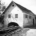 Hiša, spodaj nekdanja kovačija, Št. Jurij 1948.jpg