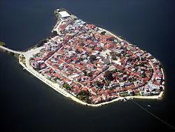 Isla de Flores, Petén, vista aérea.jpg