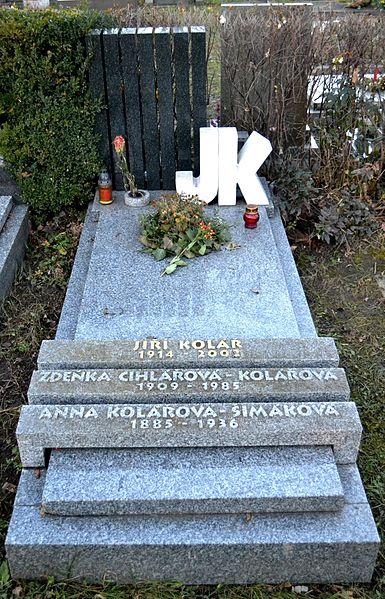 File:Jiří Kolář hrob.JPG