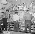 Jongens aan het schilderen, Bestanddeelnr 252-8959.jpg