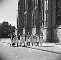 Juichende verpleegsters van het St Josephziekenhuis voor de Grote Kerk, Bestanddeelnr 900-2479.jpg