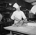 Koks aan het werk in de keuken van restaurant Wivex, Bestanddeelnr 252-9139.jpg