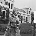Koninklijk gezin op Soestdijk met hondje buiten, Bestanddeelnr 904-2770.jpg