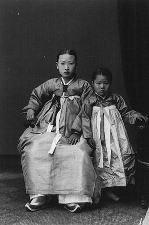 Jeogori - Image: Korea History 1910 1920 Korean.mother.child Carpenter.Collection