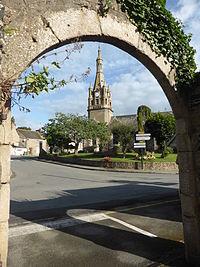L'église de Plourhan à travers une arche.JPG