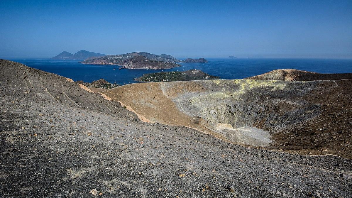 La Fossa crater (27584021475).jpg