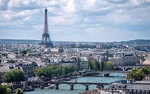 "Clockwise from top: skyline of Paris on the <a href=""http://search.lycos.fr/web/?keyvol=00ac325a4342c2dae7e2&amp;q=%22Seine%22"">Seine</a> with the <a href=""http://search.lycos.fr/web/?keyvol=00ac325a4342c2dae7e2&amp;q=%22Eiffel%20Tower%22"">Eiffel Tower</a>, <a href=""http://search.lycos.fr/web/?keyvol=00ac325a4342c2dae7e2&amp;q=%22Notre-Dame%20de%20Paris%22"">Notre-Dame de Paris</a>, the <a href=""http://search.lycos.fr/web/?keyvol=00ac325a4342c2dae7e2&amp;q=%22Louvre%20Pyramid%22"">Louvre Pyramid</a> at night and the <a href=""http://search.lycos.fr/web/?keyvol=00ac325a4342c2dae7e2&amp;q=%22Arc%20de%20Triomphe%22"">Arc de Triomphe</a>"