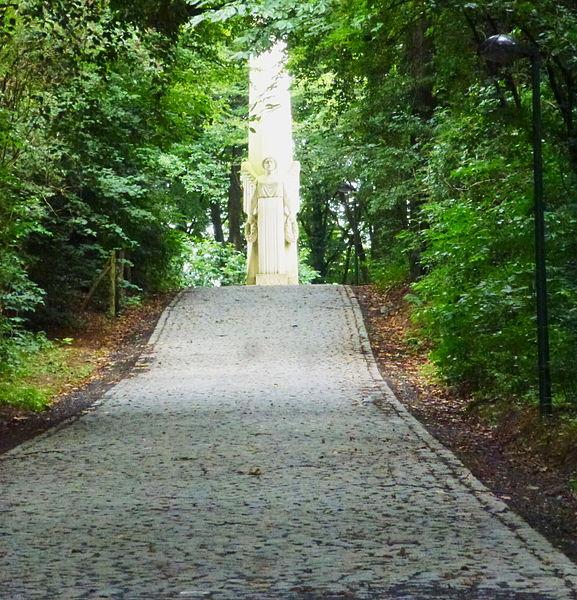 L'allée menant à La colonne commémorative aux soldats français du Mont_Kemmel Province de Flandre-Occidentale.- Belgique