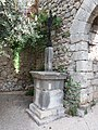 Lanas - Croix à l'entrée du vieux village.jpg