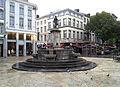 Liège, Vinâve d'Île, statue Vierge à l'Enfant (Del Cour)1.jpg