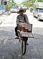 Lottoscheinverkäuferin mit Fahrrad - Thailand.JPG
