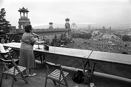 Federica Montseny speaks at the meeting of the CNT in Barcelona in 1977 after 36 years of exile. MITING CNT MONTJUIC.jpg