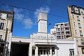 Malgré la présence de l'immeuble contemporain dans l'ancienne emprise de la gare, la façade se découpe parfaitement sur le ciel bleu.jpg