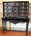 Manifattura italiana, stipo in ebano con prospetto architettonico e busto, xvii sec. su tavolo barocco.JPG