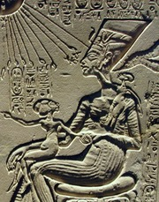 Nefertiti con le figlie Maketaton sulle ginocchia e Ankhesenpaaton al petto. Da un altare domestico ad Amarna. Museo egizio del Cairo.